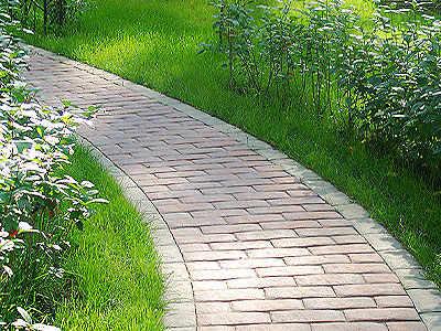 Un percorso di piastrelle. ciottoli e mattonelle fatti di piccola