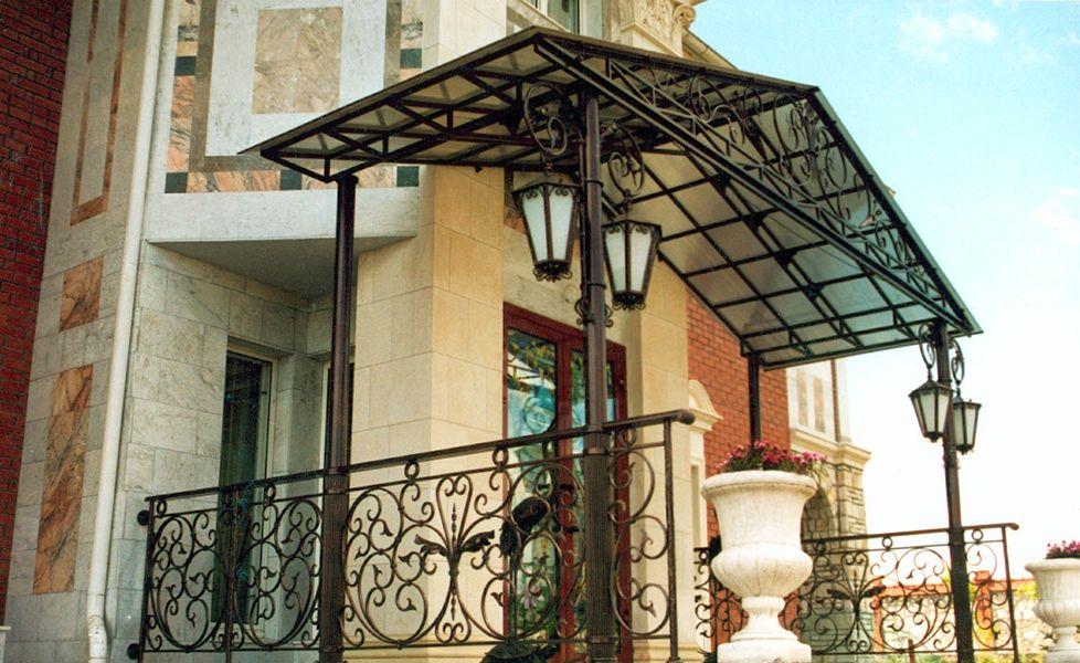 Козырьки над входом в дом на опорных столбах с элементами ковки